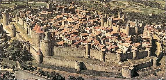 Cette cité médiévale se situe dans l'aude et comprend un château et une basilique.