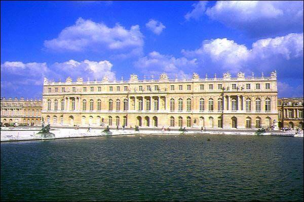 Château construit sous le règne de Louis XIV, avec pour particularité de somptueux jardins et labyrinthes.