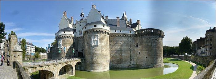 Classé monument historique depuis 1840 ce château se situe à Nantes on le nomme le château des ducs...