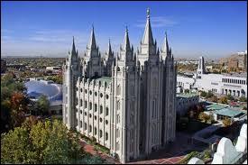 Cette communauté religieuse fondée au 19ème siècle est appelée également 'Eglise de J. C. des Saints des derniers jours'. Son siège se trouve à Salt Lake City.
