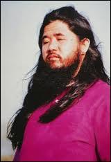 Cette secte japonaise a perpétré en 1995 des attentats au gaz sarin dans le métro de Tokyo, faisant 12 morts. Son gourou est un non-voyant qui se fait baiser l'orteil par ses adeptes.