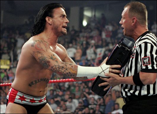 Le 30 juin 2008, CM Punk utilise sa mallette de 'Money in the Bank' contre Edge pour le 'World Heavyweight Championship'. Qui l'a mis KO au centre du ring juste avant ?