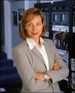 Voici Allison Janney, qui fut l'inoubliable C. J. Cregg, dans l'excellentissime série A la Maison-Blanche (The west wing). Et pourquoi C. J. ?