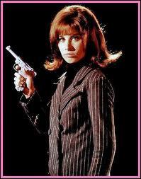 Ceci est une photo de Stephanie Powers (qui fut aussi Jennifer Hart dans L'amour du risque). Elle joue ici l'héroïne d'un spin-off de Des agents très spéciaux, série qui s'intitule ?