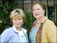 Ce sont deux femmes, Rosemary et Laura, qui sont les héroïnes de cette série britannique mêlant crimes et jardinage. Quel est le titre de cette série ?