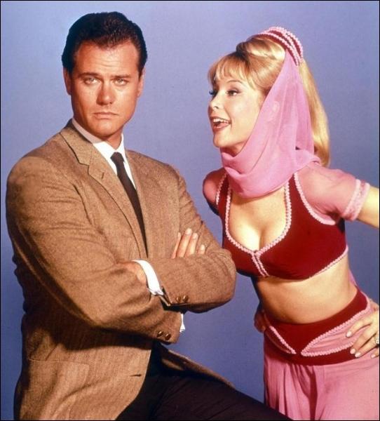 Un peu pomp... , pardon calquée, sur la série Ma sorcière bien-aimée, voici Jinny de mes rêves, avec l'actrice blondissime Barbara Eden. A qui Jinny est-elle mariée ?