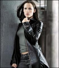 Voici l''actrice Jennifer Garner, qui fera ensuite du cinéma, dans la série Alias, où elle interprète Sydney Bristow. Quelle est sa profession ?