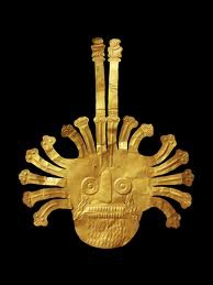 Ce masque funéraire d'origine Nazca a été retrouvé dans une tombe. Il est orné de seize serpents, dont deux sont prolongés par des oiseaux. De combien de grammes d'or est-il composé ?