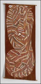 Ce 'Serpent arc-en-ciel à cornes' est une oeuvre aborigène peinte sur une écorce. Il faut chercher la tête pour suivre le cheminement du serpent. Que représente t-il aux yeux des Aborigènes ?