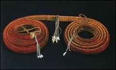 Ce rouleau de monnaie provient des Iles Salomon. C'est un objet qui s'échange pour obtenir un bien ou une alliance entre tribus. De quoi est-il fait ?