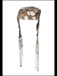 Cette coiffe de mariée est composée de pièces de monnaie, de perles de corail et de perles bleues. Elle symbolise le statut social et l'appartenance à une tribu. De quel pays provient-elle ?