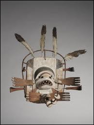Ce masque Inuit provenant d'Alaska, représente un visage mi-homme mi-phoque. Il est composé de bois peint et de plumes. Comment s'appelle cette oeuvre ?