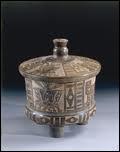 Ce vase mexicain en terre cuite, provenant du site Teotihuacan (ancêtre des Aztèques) a été trouvé dans la tombe d'un guerrier. Quels sont les trois motifs qui ornent ce vase ?