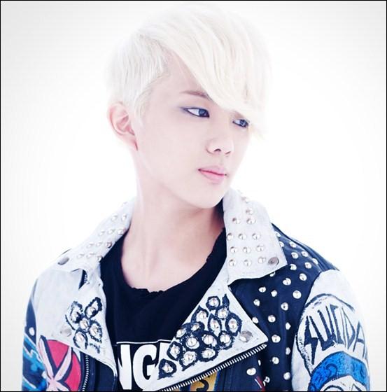 Qui est chanteur et est né le 24 janvier 1994 ?