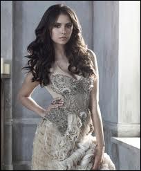 Qui aide Elena à sauver Alaric ?