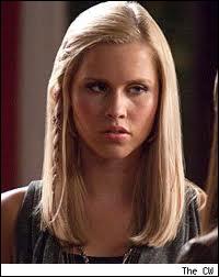 Quand Rebekah se réveille, elle a une robe :