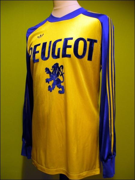 Quel club de foot, évoluant sur le stade Auguste-Bonal, est surnommé 'Les Lionceaux', en référence à son sponsor, le constructeur automobile Peugeot ?