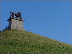 Sur le site de quelle bataille a été érigée une butte artificielle, dite 'Butte du Lion', au sommet de laquelle trône un énorme lion de fonte ?