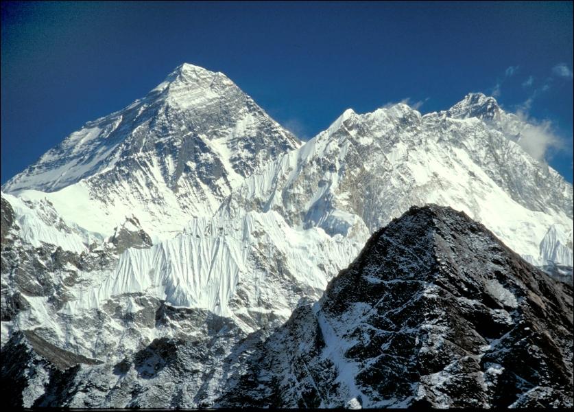 Le Mont Everest est le point culminant de la planète, culminant à 8848 mètres. Il se situe à la frontière entre la Chine et :