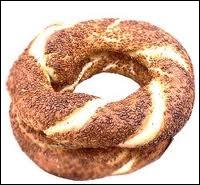 Voilà une pâtisserie originaire de la Turquie, avec un trou au milieu. Cette pâtisserie est faite avec de la pâte qui a été cuite, ensuite recouverte de petits grains. Il s'agit du ...
