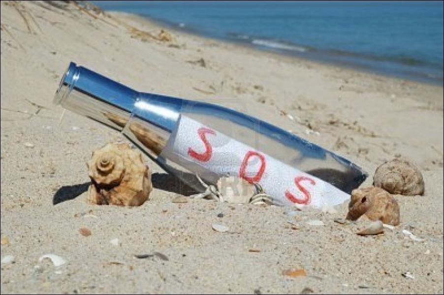 ''Comme un fou va jeter à la mer Des bouteilles vides et puis espère Qu'on pourra lire à travers SOS écrit avec de l'air Pour te dire que je me sens seul''