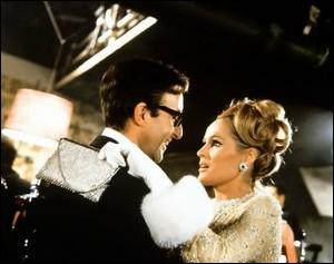 La blonde suissesse Ursula Andress, pas une grande actrice mais une starlette très remarquée dans les années 60, ici dans le film ?