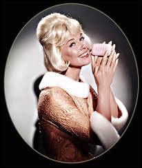 La délicieuse Doris Day dans une comédie, mais laquelle est-ce, elle tient l'indice qui vous aidera à trouver (pour ceux qui connaissent sa carrière)