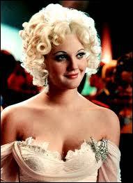 Drew barrymore en blonde platine, ce qui n'est pas habituel, dans le film ?