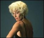 C'est, teinte en blond platine, la très noire de cheveux Anjelica Huston. Pour un seul rôle, mais dans quel (bon) film ?