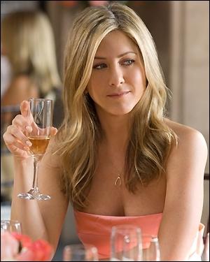Jennifer Aniston, blonde méchée vénérée pour sa chevelure et le capital sympathie qu'elle inspire, ici en robe saumon à un certain mariage, pour quel film ?