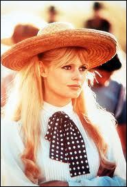 Brigitte Bardot, ici dans une tenue très sage, pour un film qui se déroule au grand soleil. Lequel est-ce ?