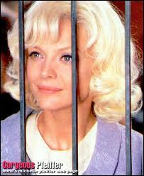 Michelle Pfeiffer est certes blonde, mais pas platine. Pour quel film porte-t-elle cette couleur et cette tenue ?
