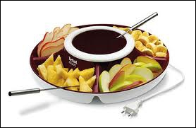 Chaudron de vin rouge épicé (base de recette de vin chaud), cubes de fruits et de gâteaux...