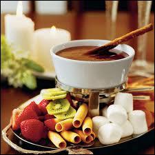 Chaudron de caramel au sel et au mascarpone, fruits en cubes, chamallow, gâteaux...