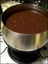 Chaudron de vin rouge, laurier, girofle, poivre, herbes, lardons grillés, champignons secs, morceaux de boeuf tendre...