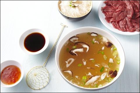 Chaudron de bouillon de volaille ou boeuf, à épicer de façon exotique, petits morceaux très fins de viande, poisson, crevettes, légumes divers, à agrémenter de sauces exotiques...