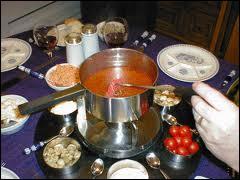 Chaudron de soupe à la tomate agrémentée de parmesan, légumes du midi coupés fins, cubes de poisson, aromates, sauce rouille, pain frotté d'ail...