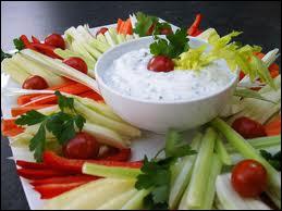 Petits pots de sauces diverses, blanches, rouges, vertes, tomates, ail, mayonnaise... bâtonnets de légumes variés crus, feuilles d'endives, bouquets de chou-fleur...