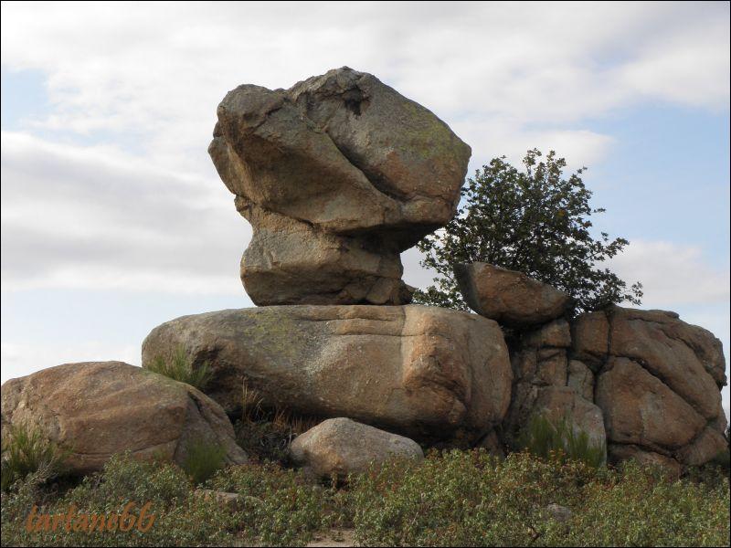 ''Comme un roc Ensemble comme un roc Tous unis comme un roc Tous tel un bloc Solides comme le roc''
