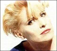 Pour le Q... Je n'ai trouvé que Jackie Quartz ! Elle reste dans nos esprits grâce à cette daube : ''Juste une mise au ----------'' .
