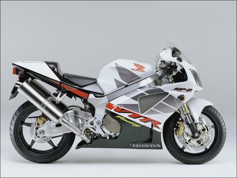 De quel type de moteur est équipée cette moto ?