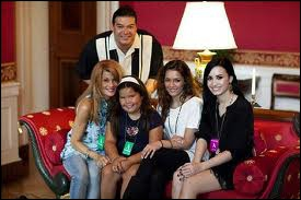 Qui sont les filles avec elle sur la photo ?