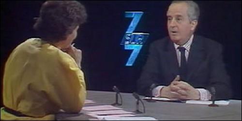 """Quel homme politique a chanté """"Parlez-moi d'amour"""" pour Anne Sinclair et les auditeurs de l'émission """"7/7"""" un soir de décembre 1995 ?"""