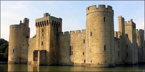 Qu'est-ce qui est rempli d'eau et entoure un château fort ?