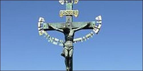 Qu'y avait-il d'inscrit sur la croix ?