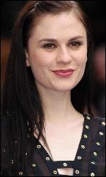 Cette actrice joue dans True Blood. Mais comment s'appelle-t-elle ?