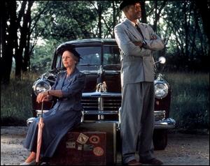 Une vieille dame autoritaire et sèche se retrouve dans l'incapacité de conduire sans endommager sa voiture.