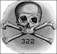'Skull and Bones' est une société secrète américaine créée en 1832. Son autre nom est la 'Fraternité de la mort' et le symbole est 322. Au sein de quelle université se trouve t-elle ?