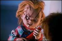 Qui prête sa voix à la poupée Chucky dans la version originale ?