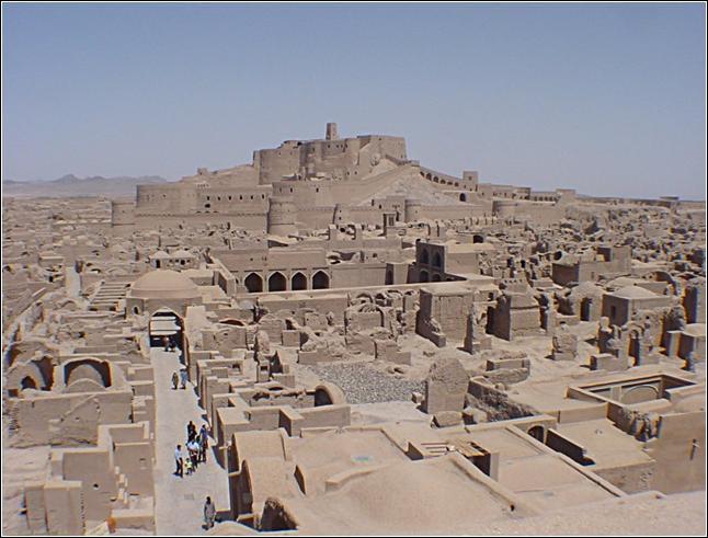 26 décembre 2003 : un séisme de magnitude 6, 3 sur l'échelle de Richter touche l'Iran. La citadelle historique, joyau de l'architecture iranienne, est quasiment rasée. Cette ville est :